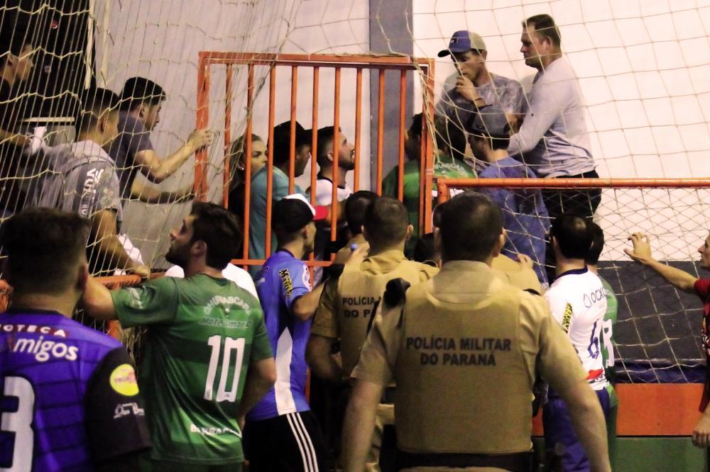 Atletas discutindo após expulsão do lado de fora da quadra de jogo/Foto:Marco Engel