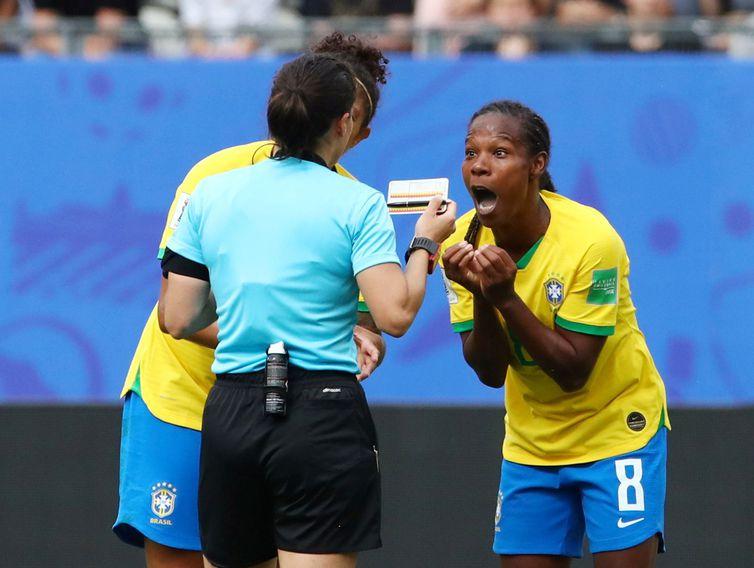 Jogadora Formiga leva cartão amarelo na Copa da França 2019. Denis Balibouse/Reuters/Direitos Reservados