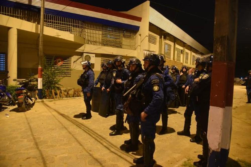 Policias no momento da rebelião que deixou 10 mortos no Paraguai — Foto: Polícia Nacional Paraguaia/Divulgação