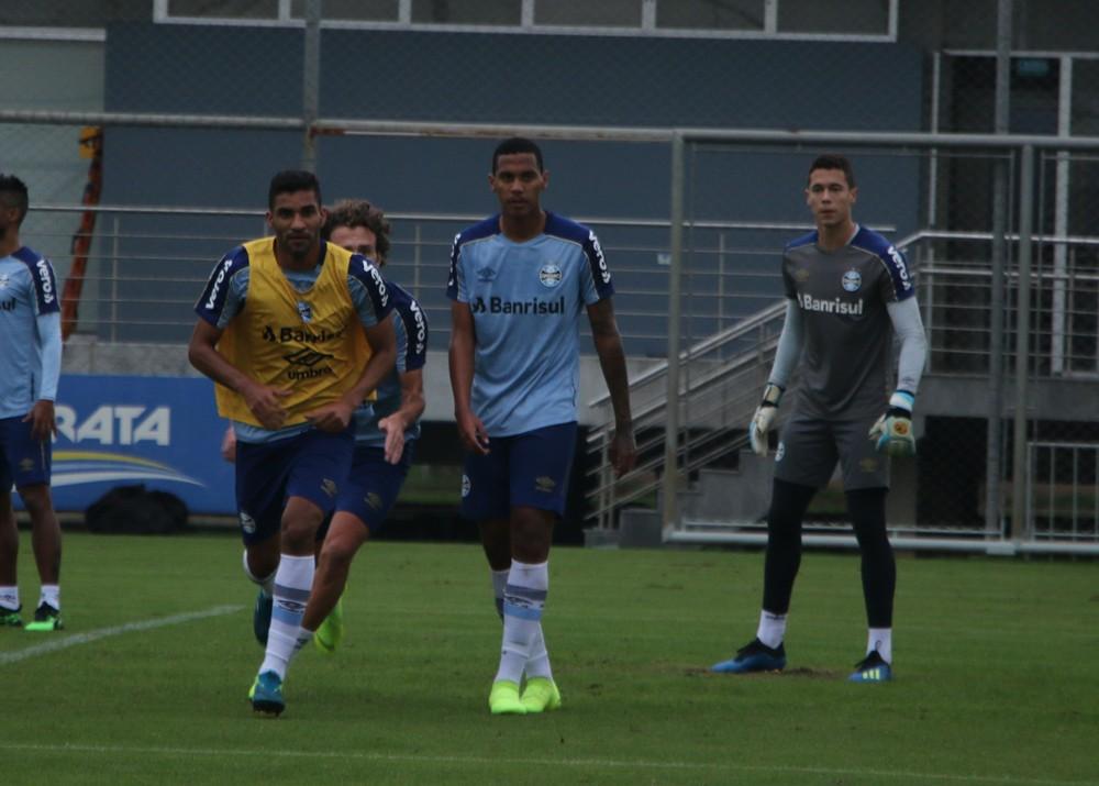 Da Silva (C) em treino do elenco principal do Grêmio — Foto: Eduardo Moura