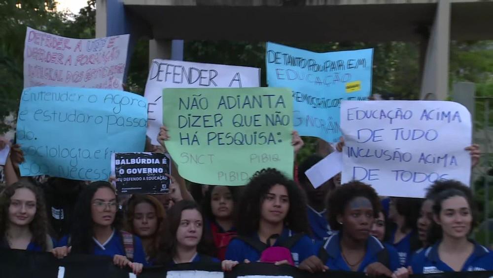 Alunos fazem manifestação contra corte de verba da UFF. — Foto: Reprodução/TV GloboAlunos fazem manifestação contra corte de verba da UFF. — Foto: Reprodução/TV Globo