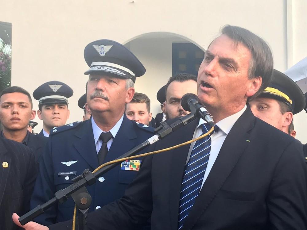 Presidente Jair Bolsonaro durante entrevista na escola da aeronáutica em Guaratinguetá, SP — Foto: Poliana Casemiro/ G1