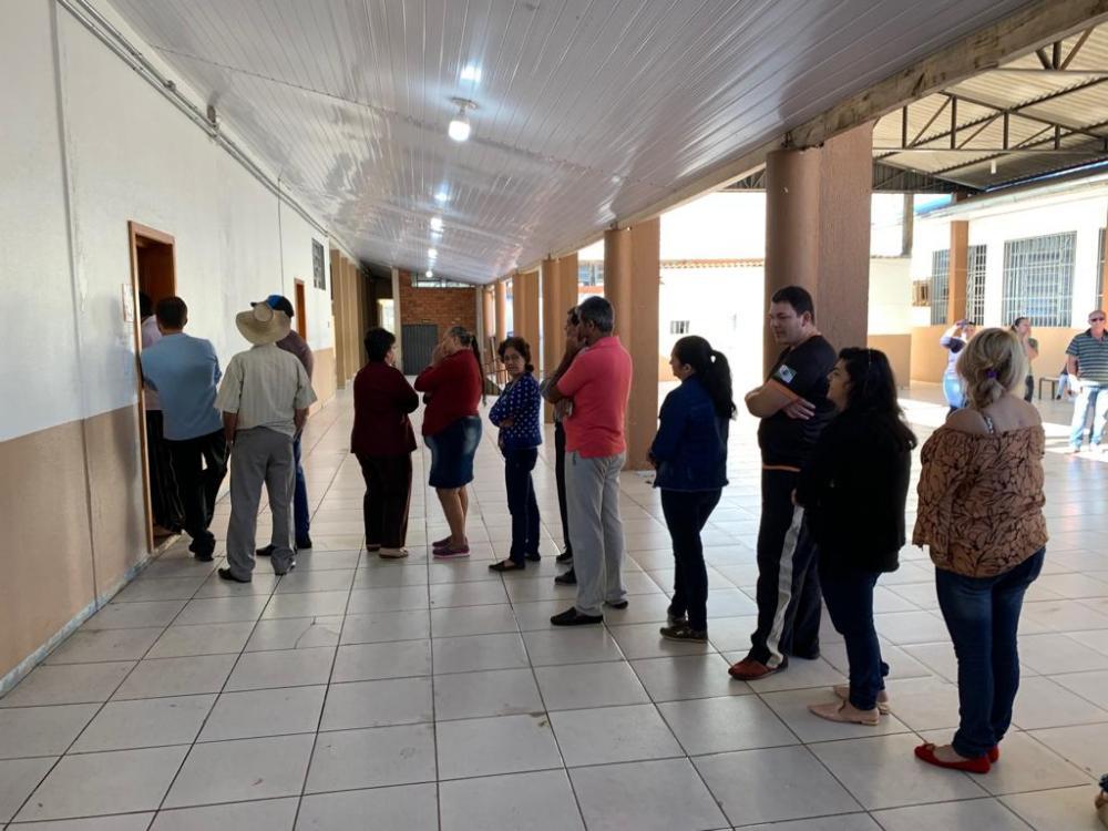 Eleitores na fila de uma da urnas para votar/Foto: Divulgação ASCOM