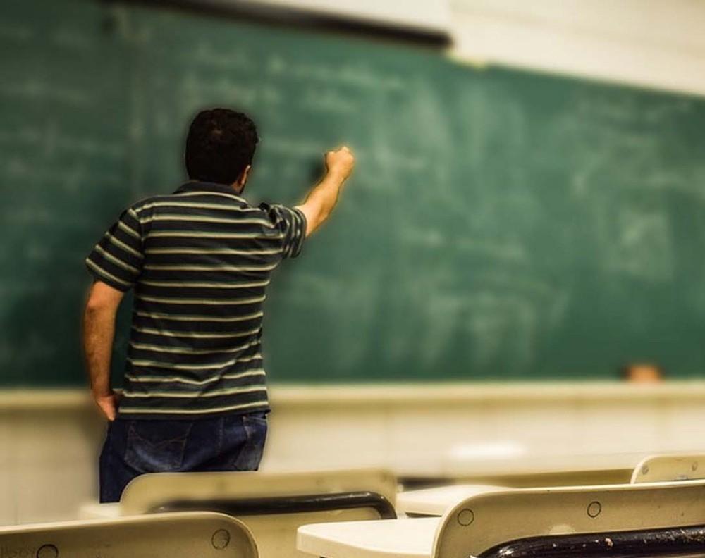 Mais da metade dos brasileiros de 25 anos ou mais ainda não concluiu a educação básica, aponta IBGE