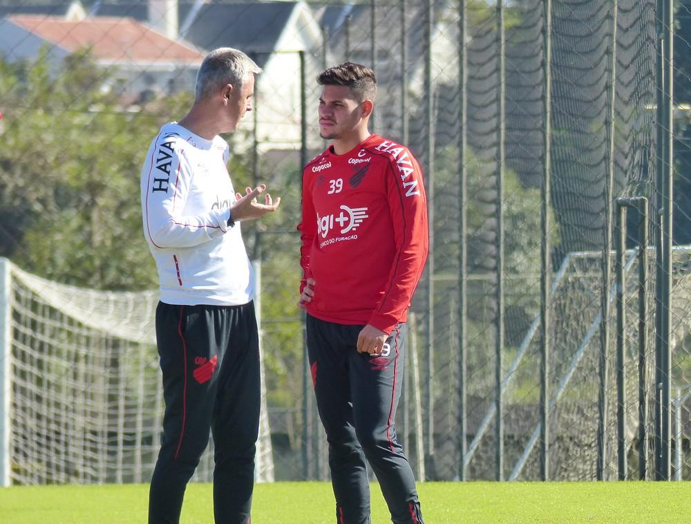 Tiago Nunes conversa com Bruno Guimarães — Foto: Arquivo/ Monique Silva