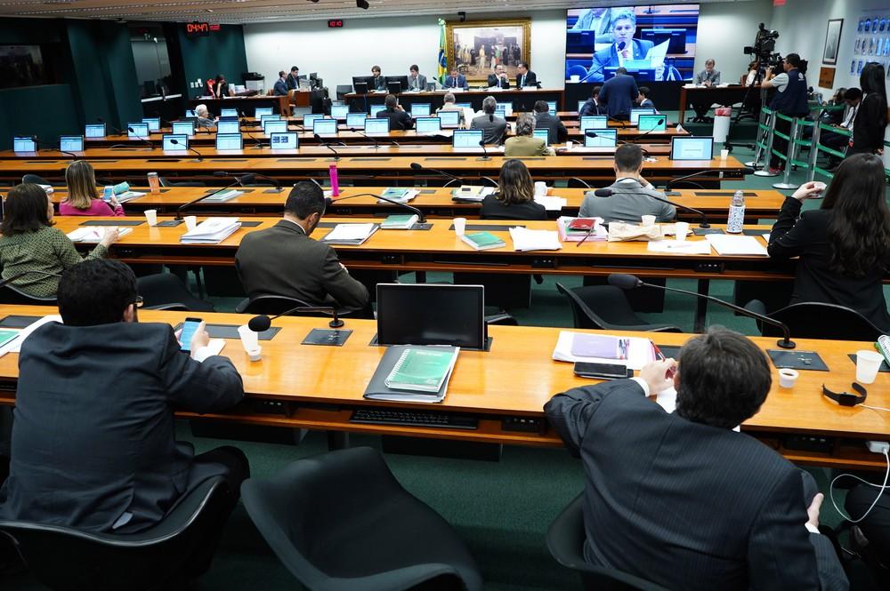 Plenário da comissão especial da Câmara durante sessão desta quarta-feira, que debateu o parecer do relator — Foto: Pablo Valadares/Câmara dos Deputados