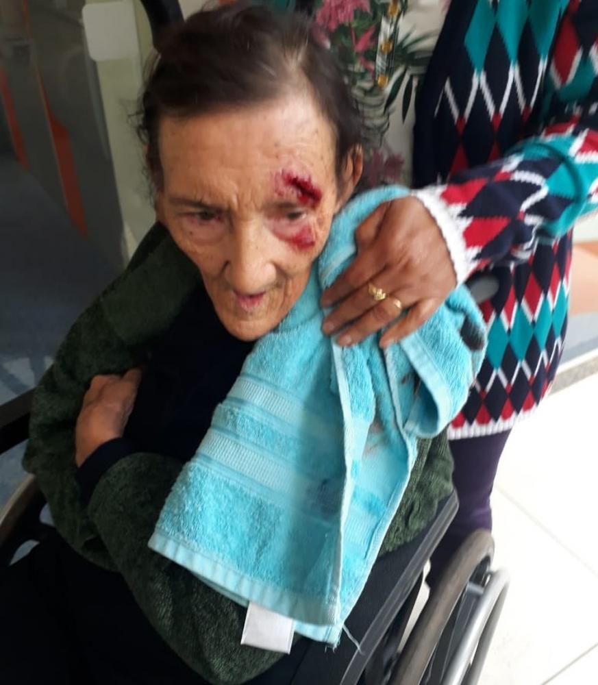 Lázara caiu de uma cadeira de rodas — Foto: Reprodução/RPC