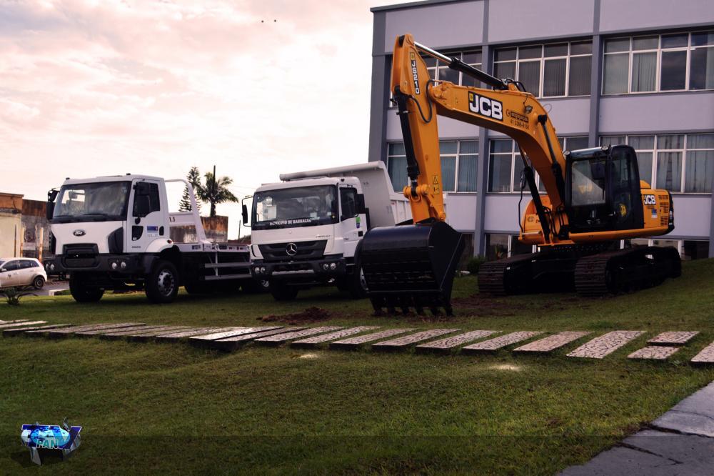 Escavadeira Hidráulica e caminhões disponibilizado ao município de Barracão/Foto:Marcos Prudente