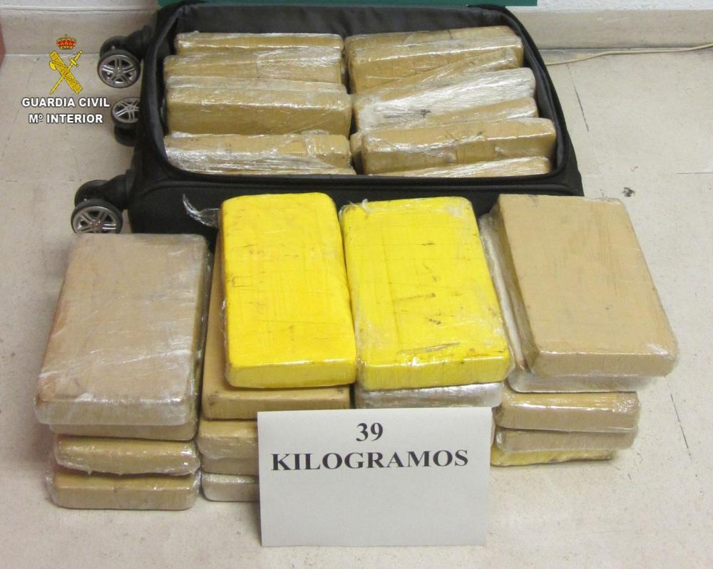 Mala e os 39 kg de cocaína apreendidos com militar da FAB preso na Espanha — Foto: Divulgação/Guarda Civil da Espanha