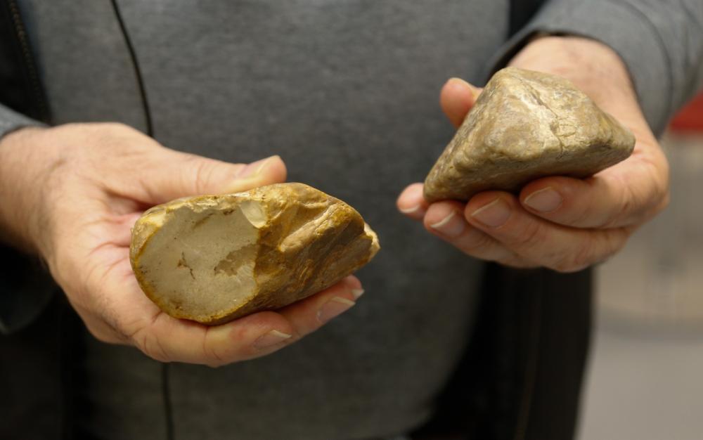 Pedra lascada encontrada na Jordânia por pesquisadores brasileiros — Foto: Cecília Bastos/IEA/USP/Divulgação
