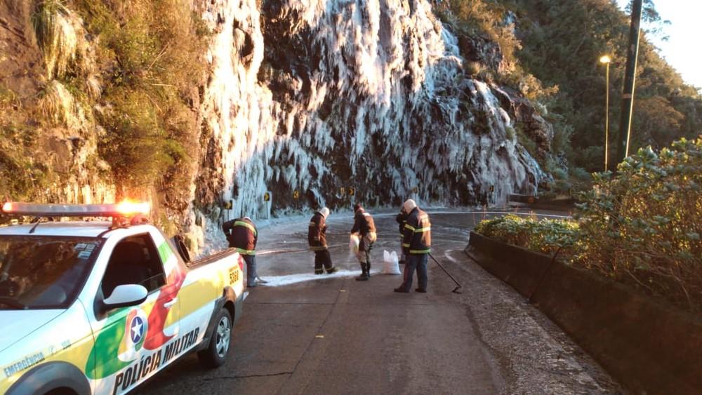 Serra do Rio do Rastro está congelada na manhã deste sábado — Foto: PMRv/Divulgação
