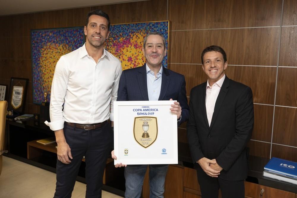 Edu, Rogério Caboclo e Juninho Paulista, em anúncio oficial da mudança no cargo — Foto: Lucas Figueiredo/CBF