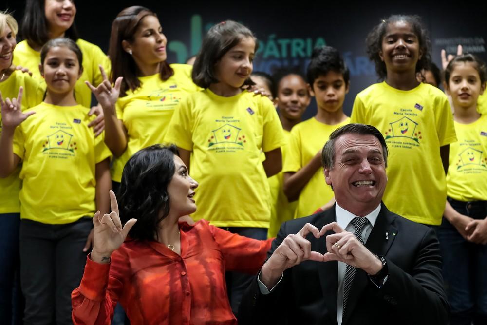 O presidente Jair Bolsonaro e a primeira-dama, Michelle Bolsonaro, posaram para foto ao lado de estudantes — Foto: Marcos Corrêa/PR