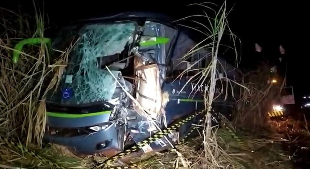Ônibus foi atingido por tampa de carroceria de um caminhão, em Porecatu — Foto: Cedida/Londrina News
