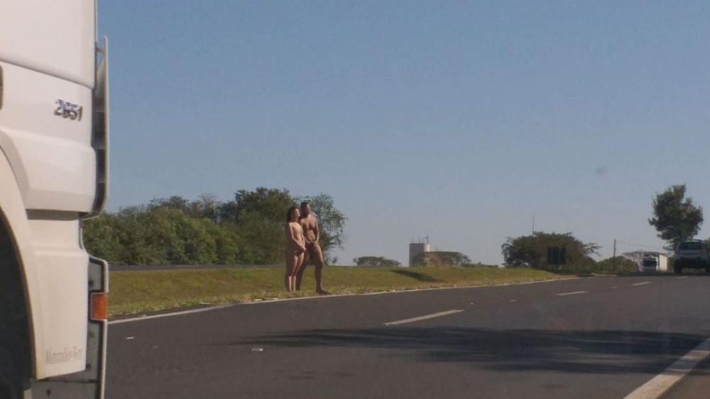 Casal é encontrado nu na Rodovia Brigadeiro Faria Lima (SP-326), em Bebedouro, SP — Foto: Redes Sociais
