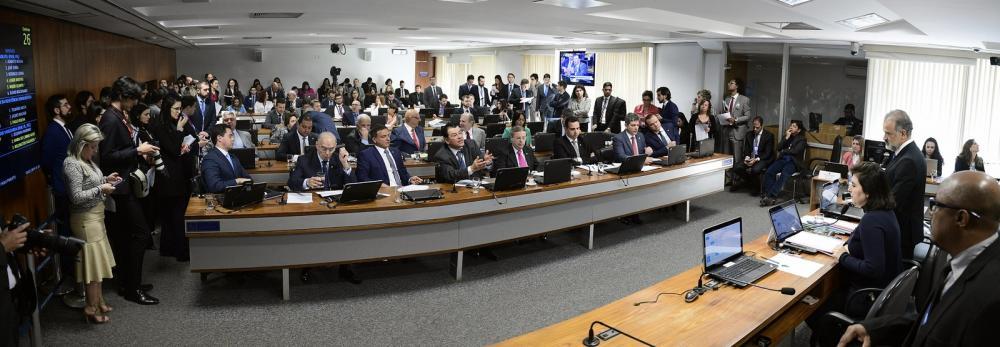 Senadores reunidos durante sessão da Comissão de Constituição, Justiça e Cidadania (CCJ) na manhã desta quarta-feira (10) — Foto: Pedro França/Agência Senado