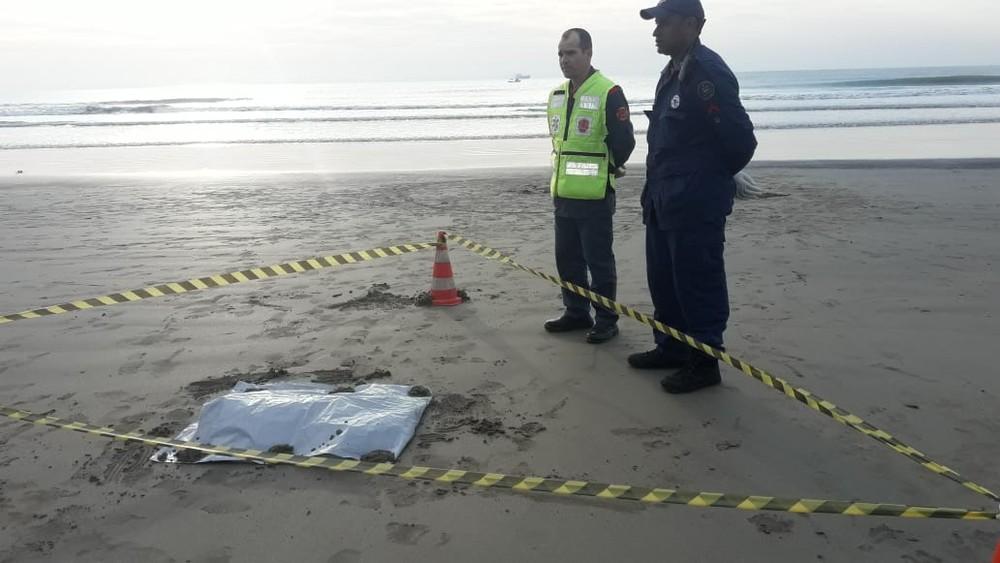 Corpo de recém-nascida é encontrado em praia de Navegantes. — Foto: Corpo de Bombeiros/Divulgação