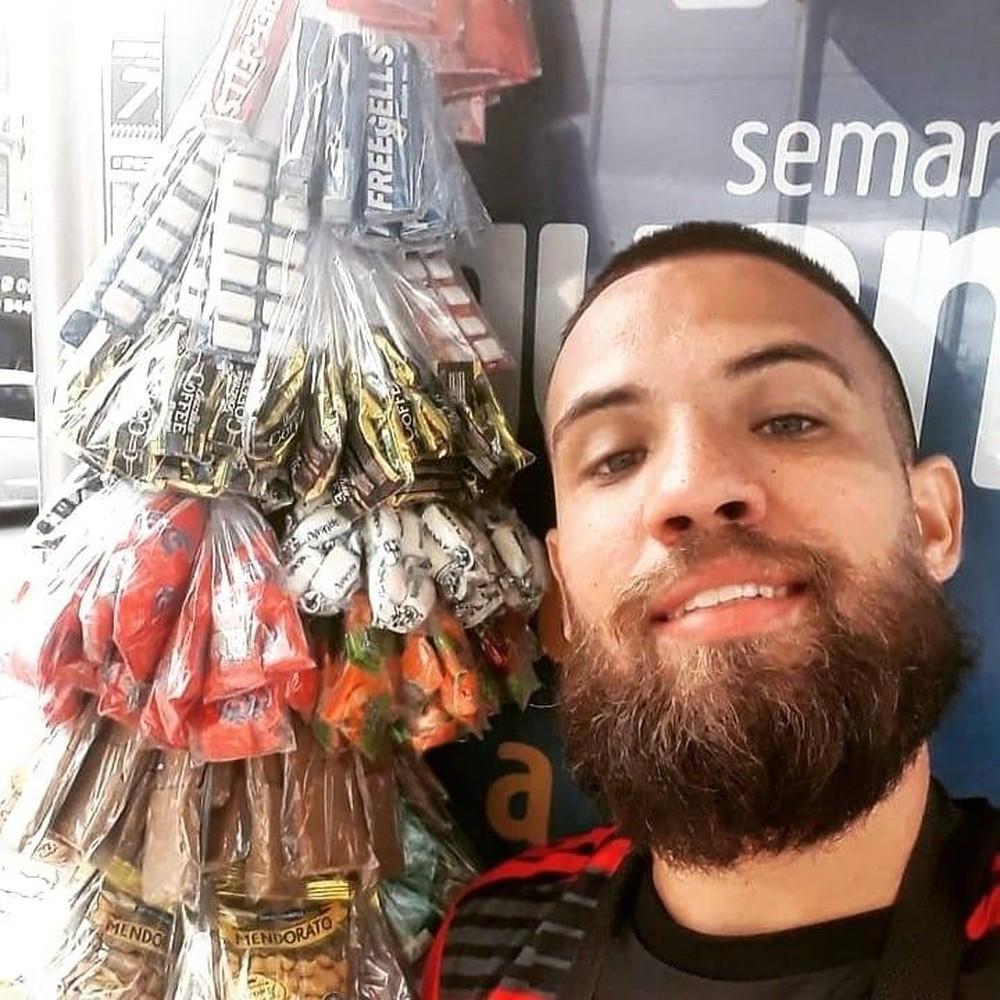 O camelô Phellipe Guimarães vende balas em ônibus em Vila Valqueire — Foto: Reprodução/Redes sociais