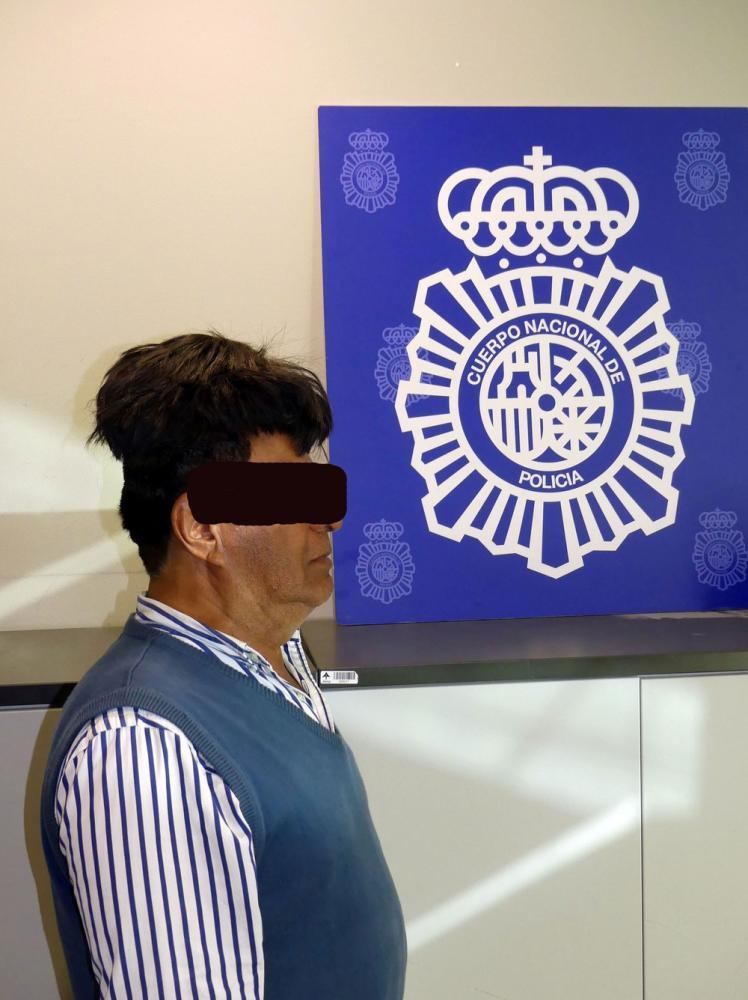 Colombiano é preso com meio quilo de cocaína sob peruca em Barcelona — Foto: Policia Nacional de España via Reuters