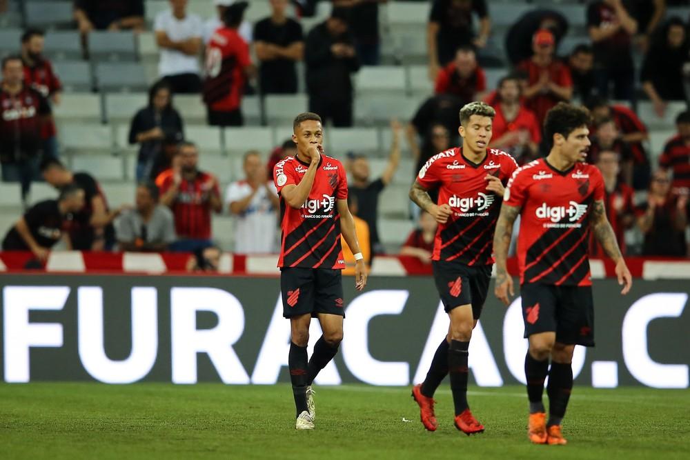 Vitinho (ao centro) pode ganhar uma chance no ataque — Foto: HEULER ANDREY/DIA ESPORTIVO/ESTADÃO CONTEÚDO