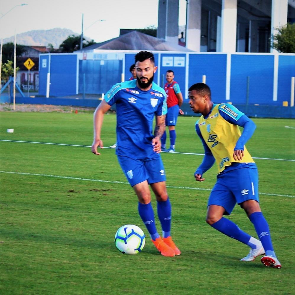 Bruno Sávio treinou no time titular — Foto: André Palma Ribeiro/Avaí FC