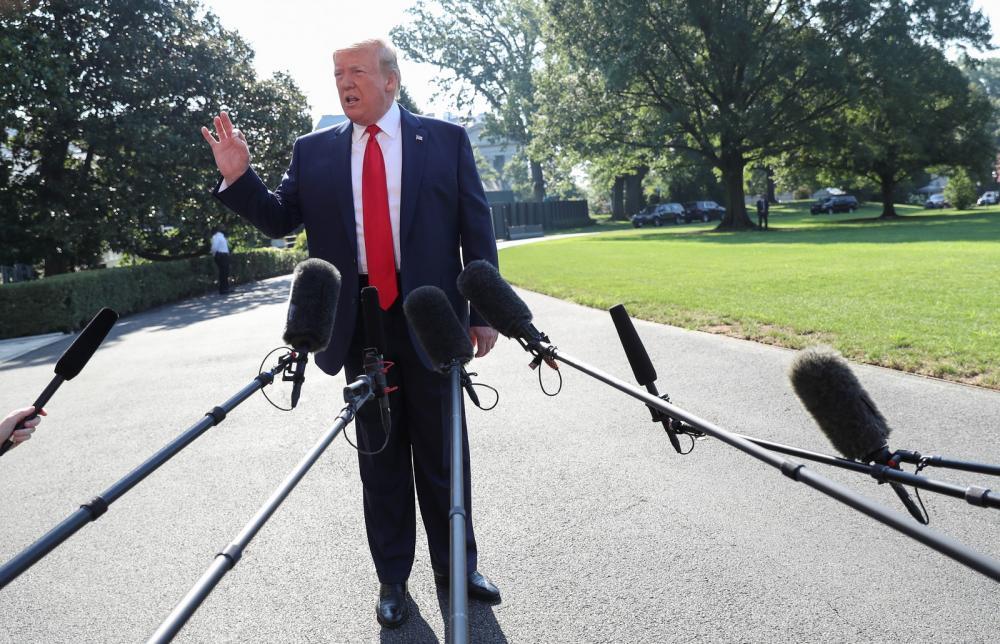 Donald Trump fala a repórteres na Casa Branca nesta terça-feira (30) — Foto: Leah Millis/Reuters