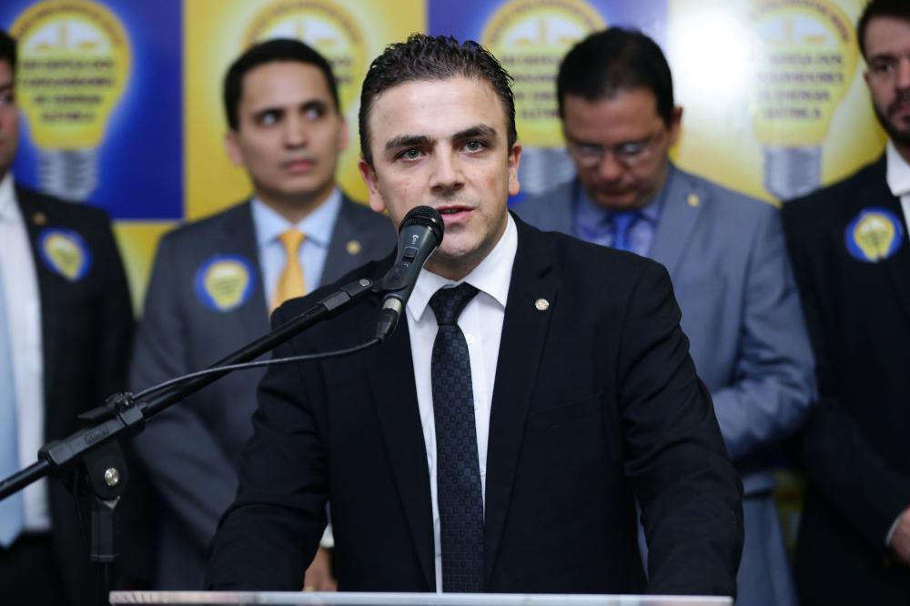 Deputado Aliel Machado em discurso/Foto:ASCOM