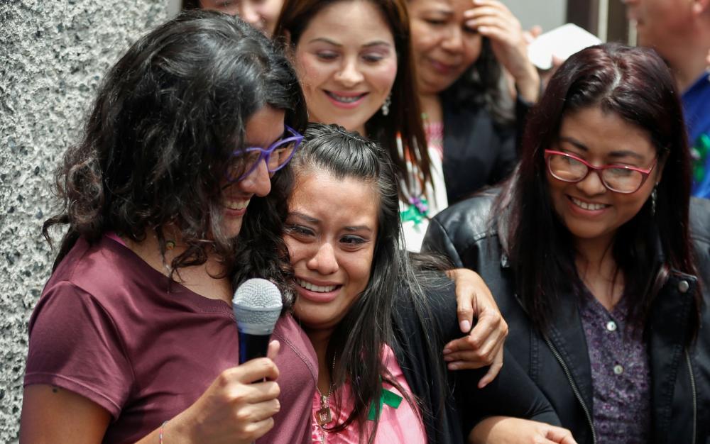 Evelyn Hernandez é abraçada pela ativista Mariana Moisa após receber o veredito de absolvição, em Ciudad Delgado, El Salvador, na segunda-feira (19) — Foto: Reuters/Jose Cabezas