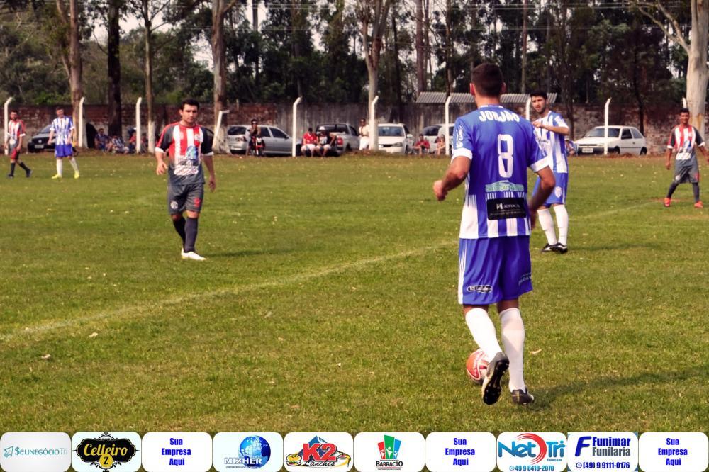 Celinho em jogada no meio campo/Foto: Marcos Prudente