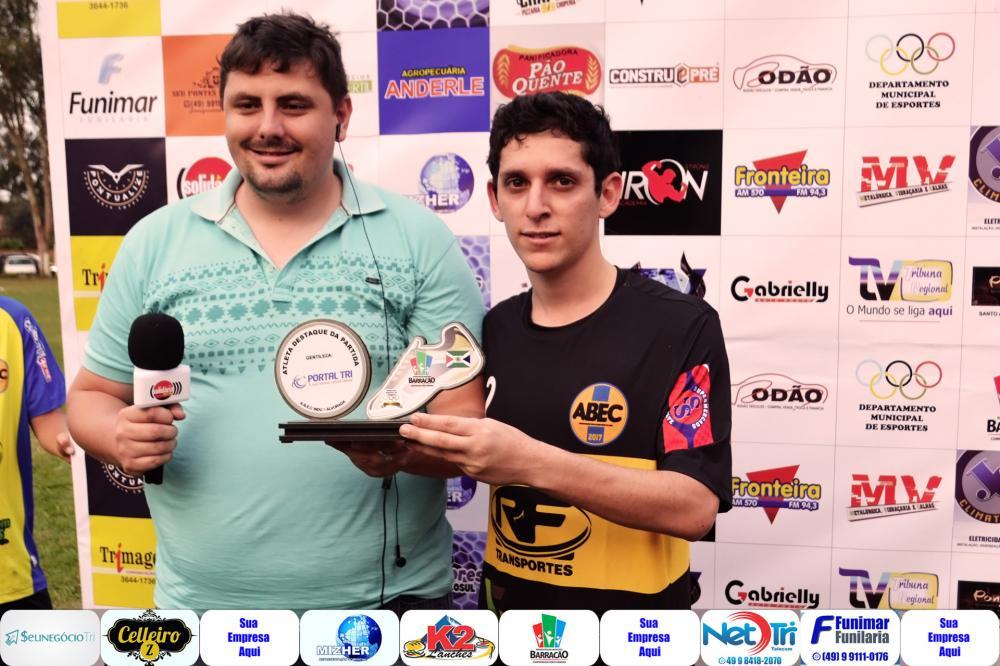 Coutinho (E) entregando o troféu de melhor em campo para Pedro Henrique/Foto:Marcos Prudente