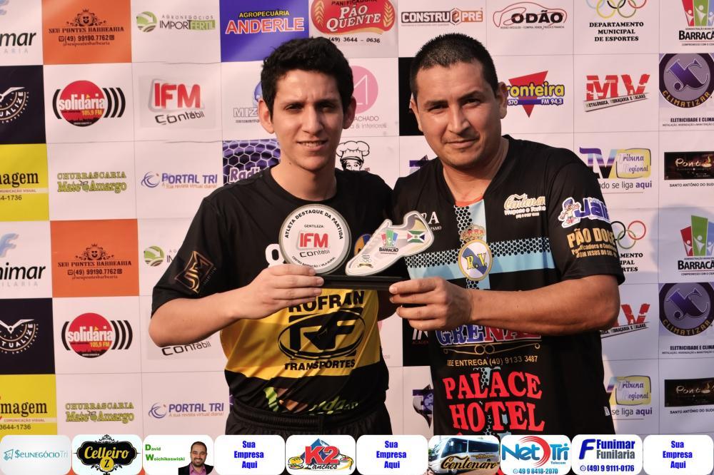 Abel Muniz (D) recebendo das mãos de Henrique o troféu do jogo/Foto:Marcos Prudente