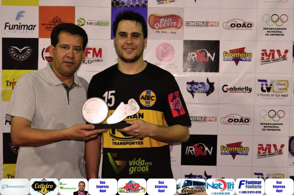 Willian Bertuzzi (D) recebendo das mãos de Mauri Lourenço, o troféu craque do jogo/Foto:Marcos Prudente