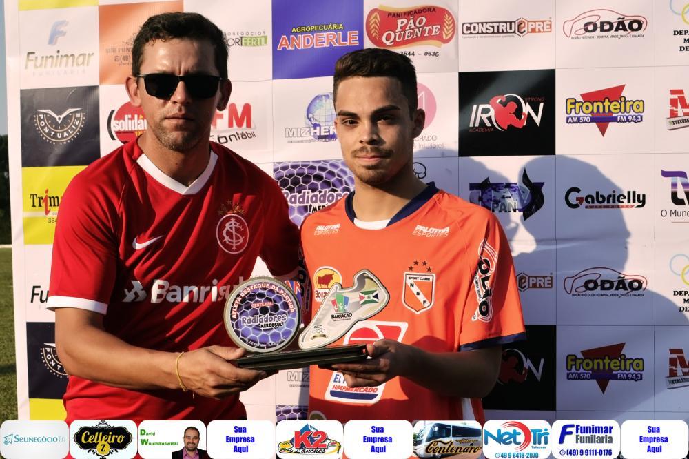 Lucas (D) recebendo do Secretário de Esportes, Fernando Lara o troféu de melhor do jogo/Foto:Marcos Prudente