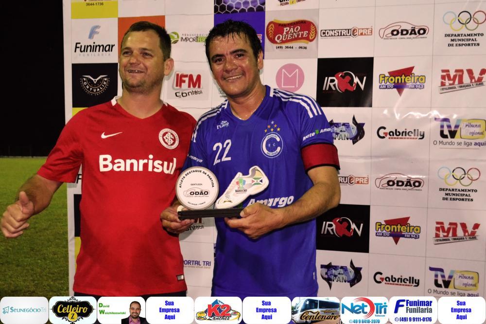M22 (D) recebendo das mãos de Neimar o troféu do cara do jogo/Foto:Marcos Prudente