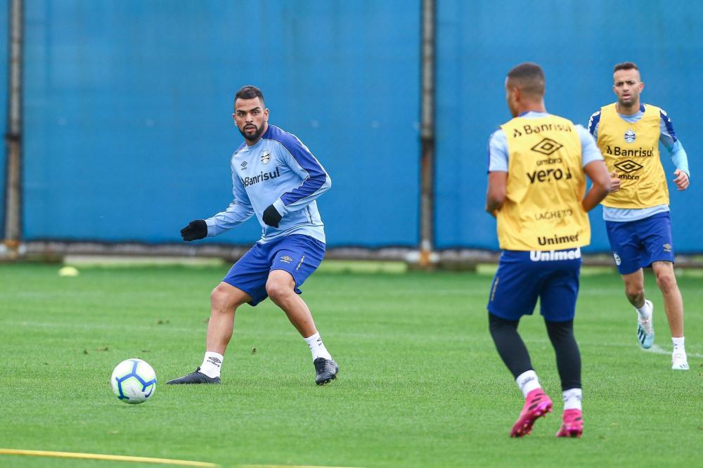 Maicon e Kannemann retomam os treinos e se habilitam para encarar o Santos