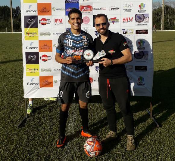 Maicon Flores (E), recebendo de Laudinor o troféu de melhor em campo/Foto:Fernando Lara