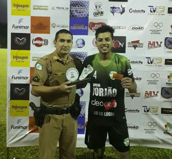 Bugança (D) recendo das mãos de Abel Muniz o troféu de melhor em campo/Foto: Reprodução PANTV