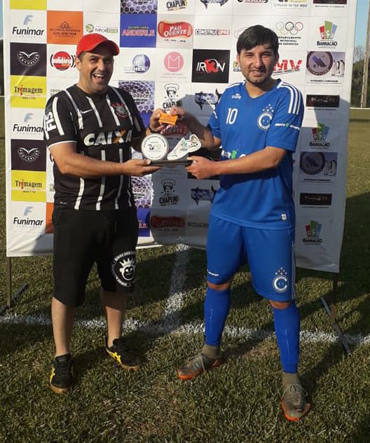 Pires, atacante do Cruzeiro, recebendo das mãos de Cláudio o troféu de melhor em campo/Foto:Fernando Lara