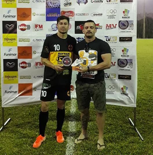 Dody (E) recebendo das mãos de Wesley Campos o troféu de melhor em campo/Foto:Fernando Lara