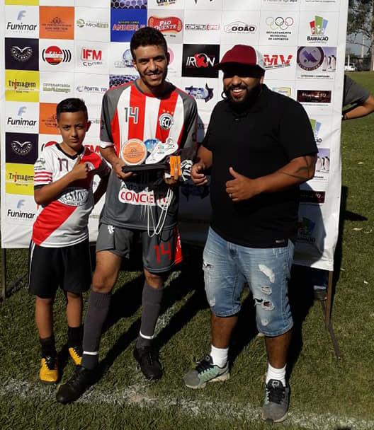 Rodrigo (D) recebendo o troféu de melhor em campo/Foto:Fernando Lara