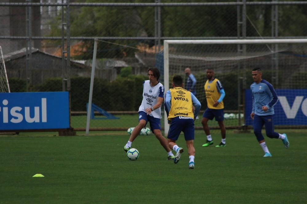 Geromel treina com bola e se credencia para voltar contra o Flamengo