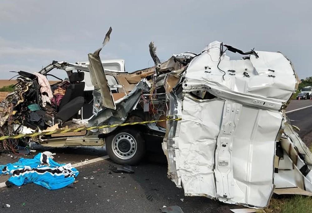 Motorista da van morreu no local do acidente — Foto: Leandro Vesoloski/Rádio Uirapuru