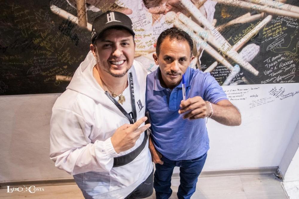 Laércio da Costa com Manoel Gomes em seu estúdio em São Paulo: