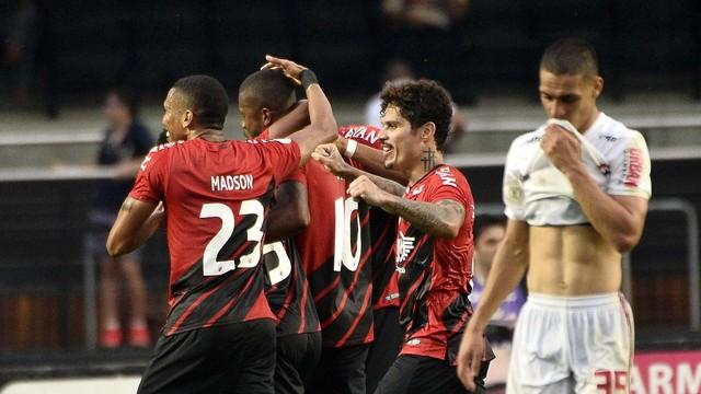 Jogadores do Athletico comemoram o gol da vitória (Foto: Marcos Ribolli)