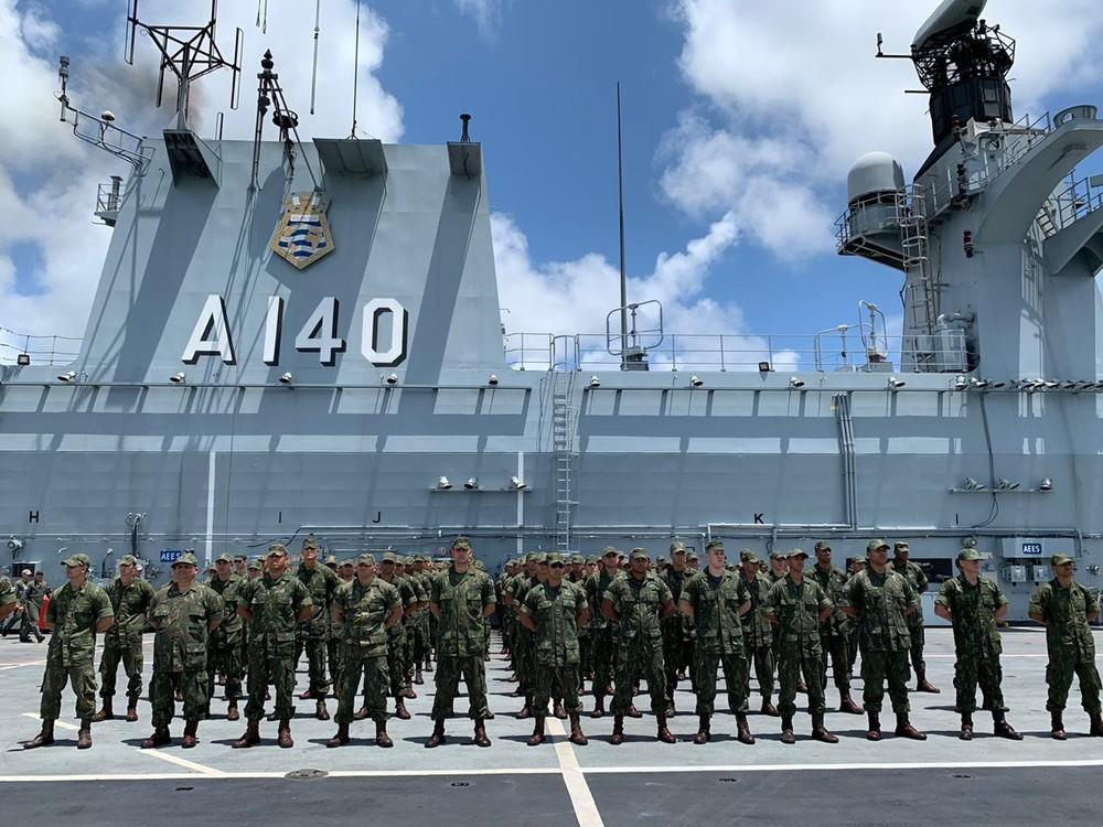 Fuzileiros navais chegaram ao Porto de Suape, neste domingo (10), em operação para combater o vazamento de óleo no litoral nordestino — Foto: Mhatteus Sampaio/TV Globo
