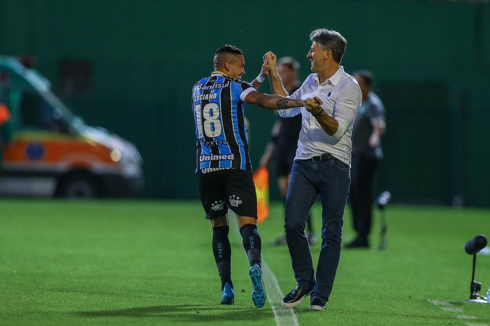 Luciano comemora gol com Renato Gaúcho — Foto: Lucas Uebel/Grêmio/Divulgação