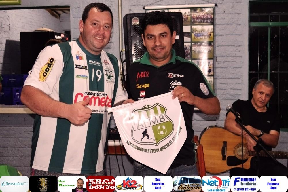 Veteranos do futebol de Barracão e Marmeleiro confraternizam após jogo amistoso