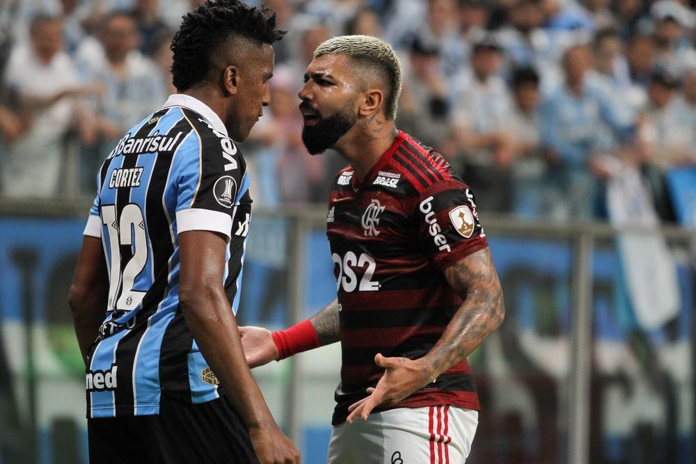 Bruno Cortez encara Gabigol no primeiro jogo da semifinal da Libertadores — Foto: EVERTON SILVEIRA/AGÊNCIA F8/ESTADÃO CONTEÚDO