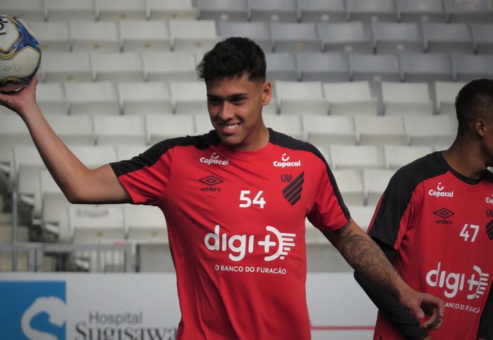 Na mira de Manchester City e PSV, Lucas Halter renova contrato com o Athletico até 2024