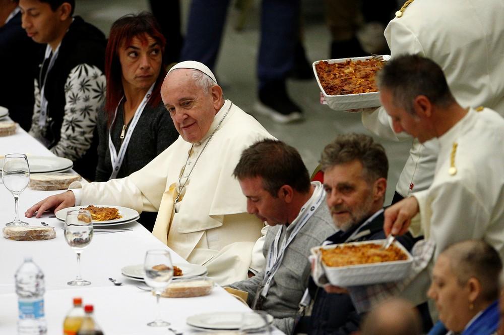 Papa Francisco almoça com 1,5 mil moradores de rua no Dia Mundial dos Pobres